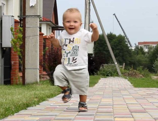 ребенок бегает один год