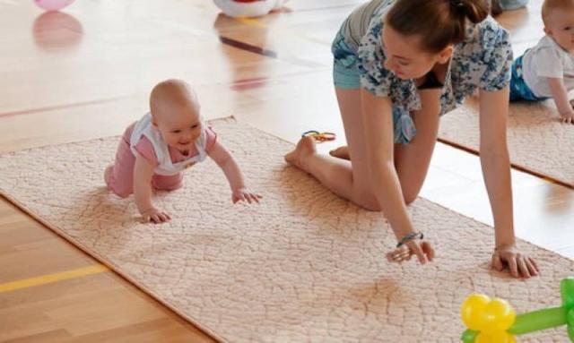 маленький ребенок с мамой занимается спортом
