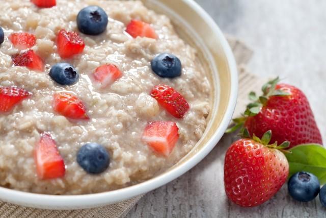 Самые полезные каши на завтрак: овсяная каша с ягодами