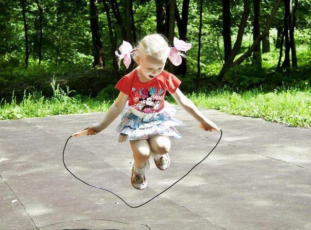 девочка прыгает через скакалку