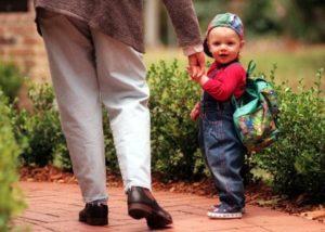 ребенок идет в садик