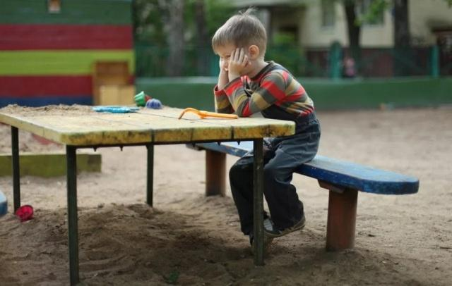 ребенок сидит один не играет со всеми