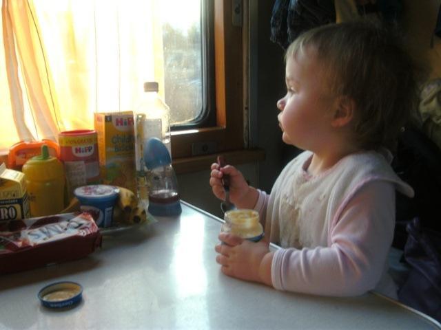 ребенок кушает в поезде