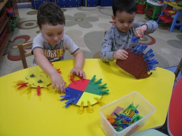 Игры на развитие мелкой моторики у детей: Пальчиковые потешки с прищепками