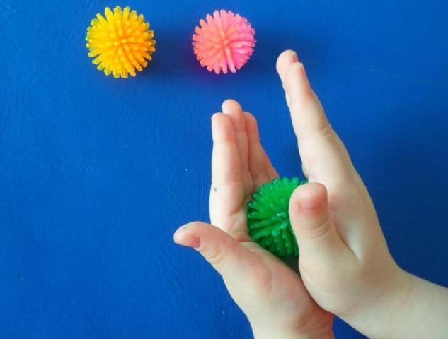 Игры на развитие мелкой моторики у детей: массажный шарик