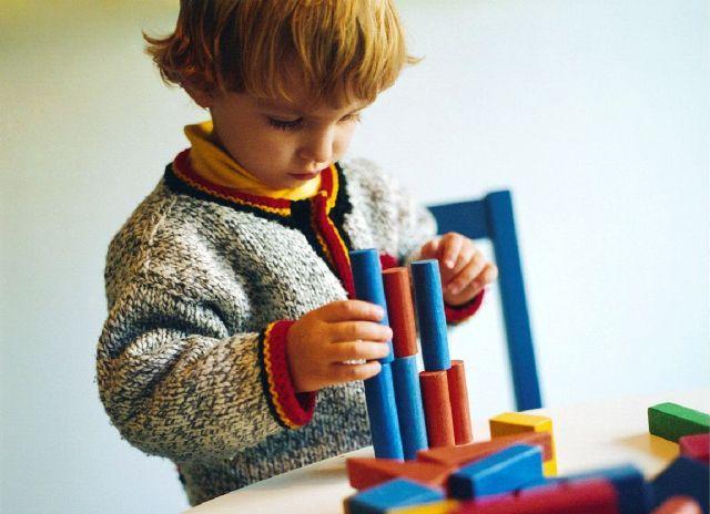 ребенок играет в конструктор