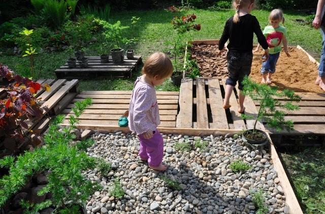 Из чего дешево сделать дорожку здоровья для детского сада