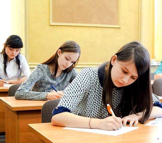 """Экзаменационный материал для слушателей по курсу """"Няня"""": студенты на экзамене"""