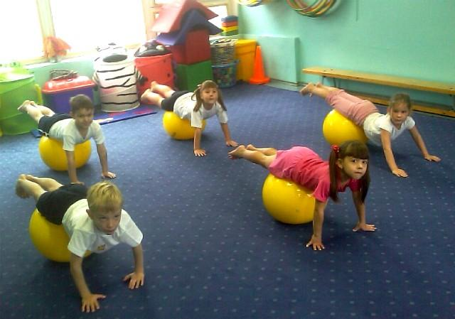 Утренняя зарядка для детей в детском саду: упражнения с мячом