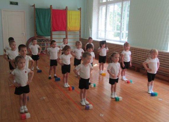 Утренняя зарядка для детей в детском саду с кубиками