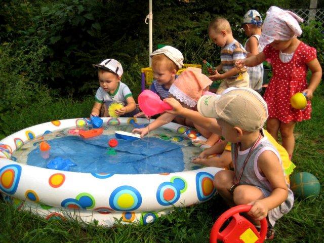 Прогулка летом дети у бассейна с водой