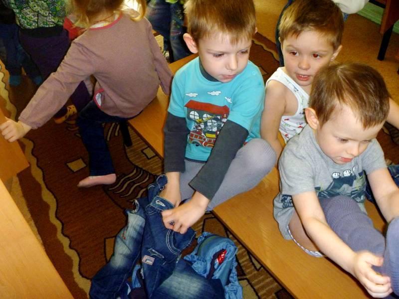 Режим дня в детском саду: подготовка к прогулке одеваются