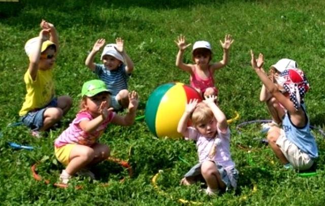 Прогулка летом в детском саду