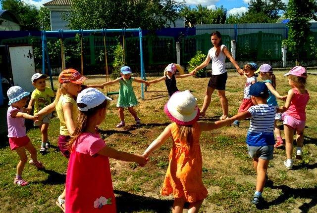 Прогулка летом в ДОУ дети водят хоровод