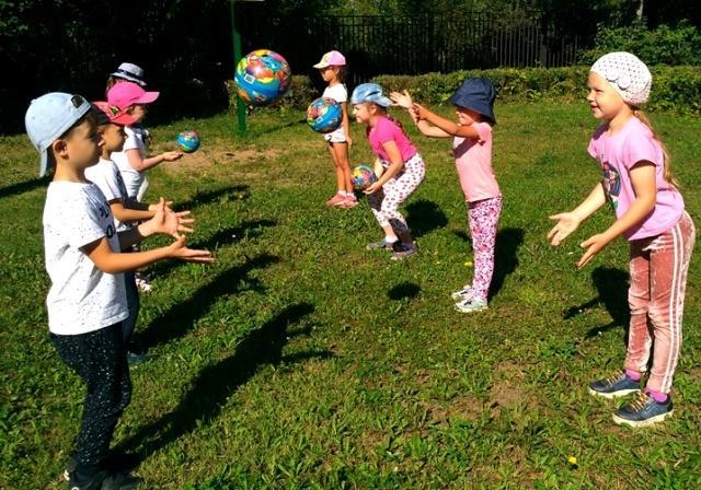 Прогулка летом дети играют в мячи