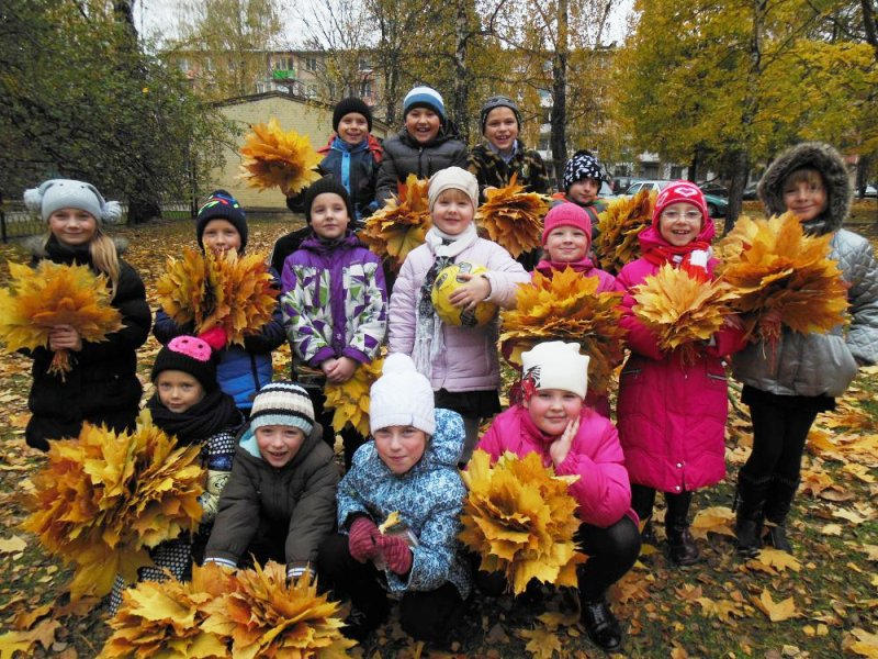 Прогулка осенью дети с букетами