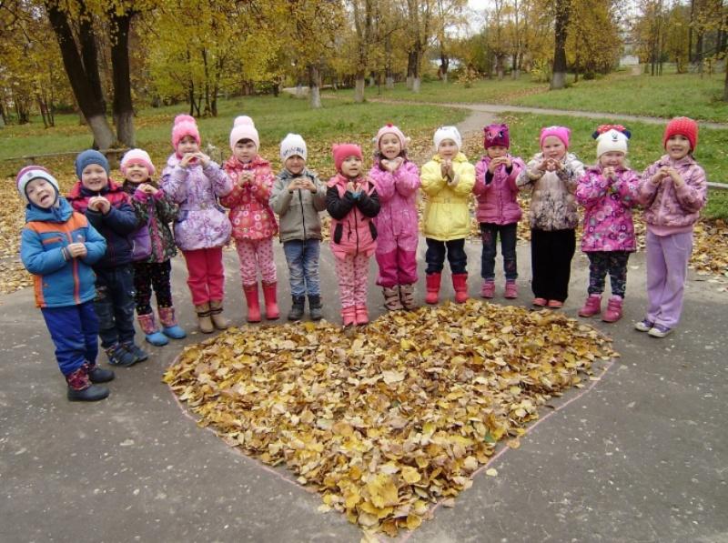 Прогулка осенью в детском саду