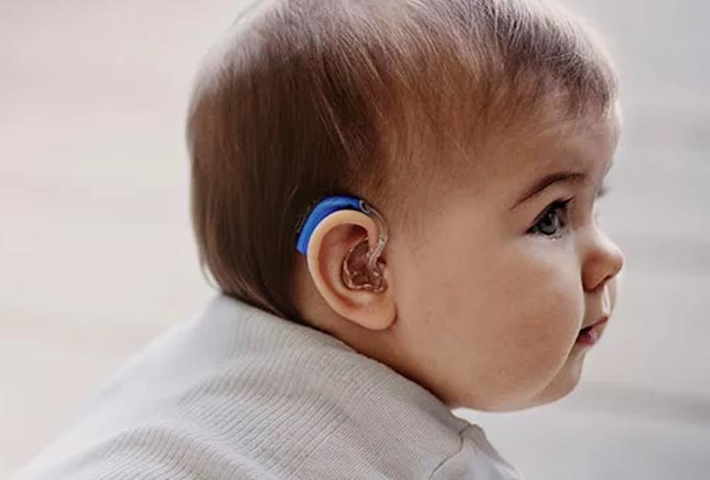 Ребенок слабослышащий со слуовм аппаратом